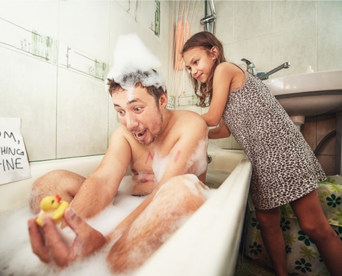 Os pais podem tomar banho junto com os filhos? Até que idade?